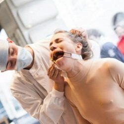 Un'artista viene torturata come gli animali durante i test di prodotti cosmetici