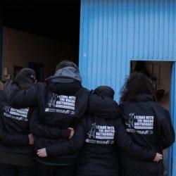 "Dona e indossa il Kway  della campagna ""Save The Macau Greyhounds"". Aiuta i greyhound di Macao."